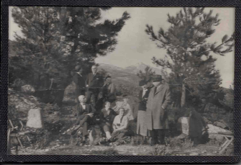 Una excursión de institucionistas, en 1935, por los alrededores de El Escorial. Isabel Uña, Juan Uña y Ascensión Pedregal, Jose M. Pedregal y Sra., Totón Pedregal y Antonio Vinent y María Pepa González (Marqueses de Palomares de Duero) Fuente: Familia Uña